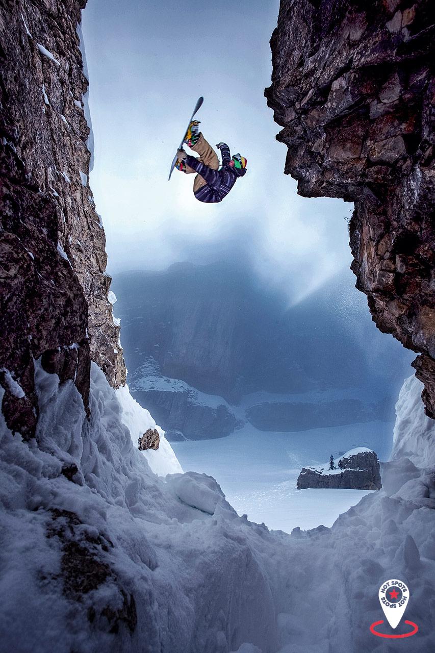 Der Ifen ist auf und neben der Piste ein einziger Playground. Alex Fischer nutzt einen Felsvorsprung, um per Alley-Oop auf einem anderen Felsrücken zu landen |©Basti Gogl