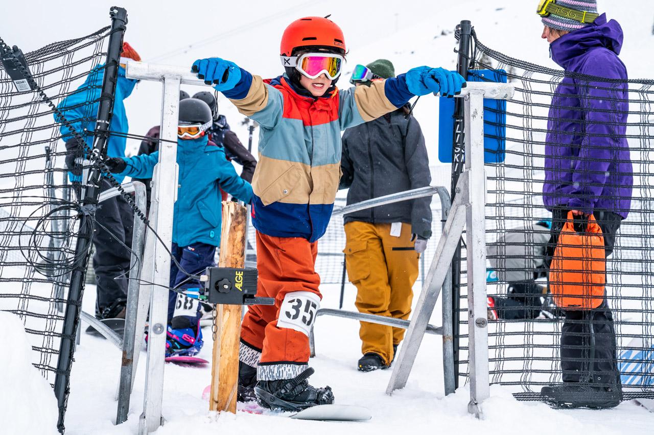 Die Altersspanne beim Sudden Rush Banked Slalom in LAAX ist gewaltig: 400 StarterInnen von 4 bis 56 Jahre |©Philipp Ruggli