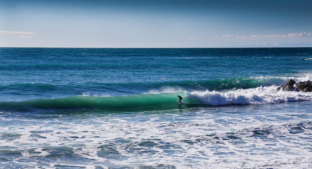 Local Surfer Gabo Raso auf seiner Welle |©Yann Mayer