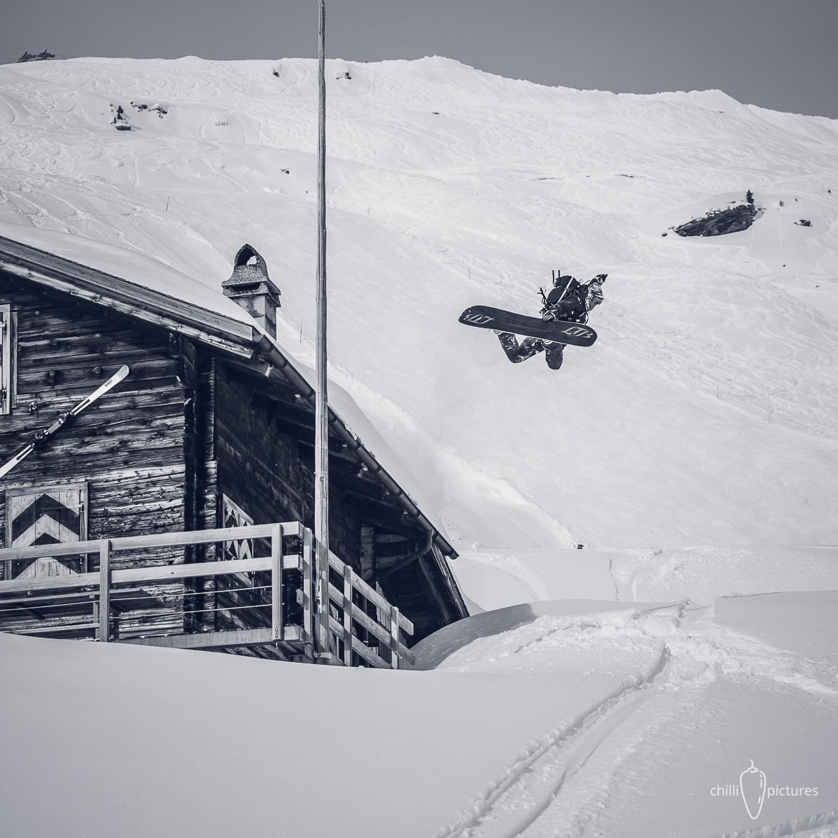 Ein Method auf die alten Zeiten: Reto fliegt an der Hütte vom Skiclub Hasliberg vorbei, in der er schon als Kind übernachtet hat |©Chilli Pictures