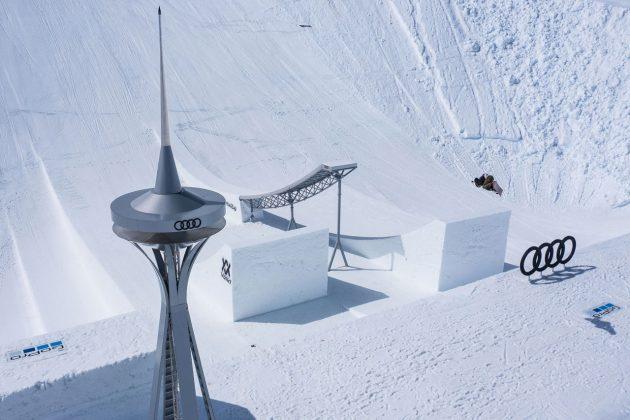 Auch Clemens Millauer ist vom futuristischen Design sichtlich begeistert  ©F. Breitenberger