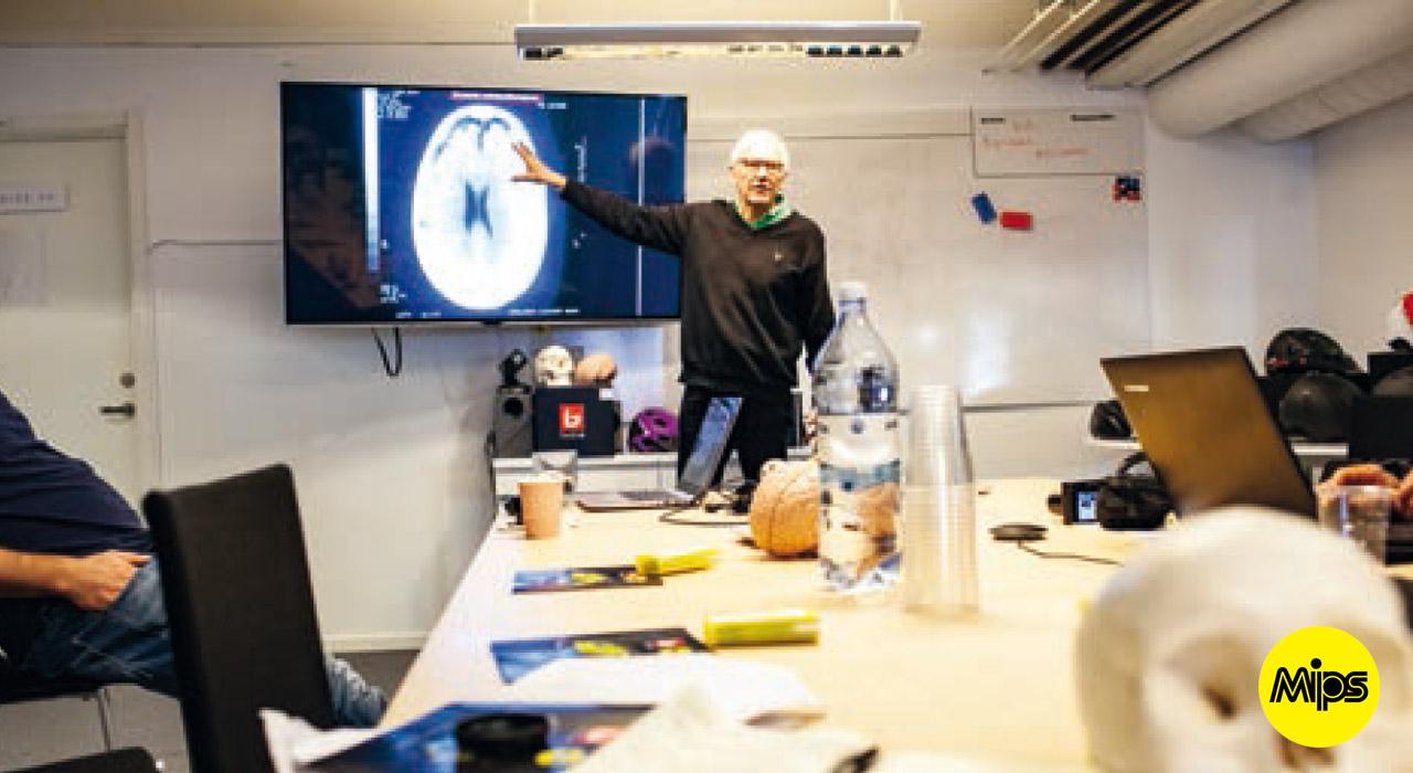 Hirnchirurg und MIPS-Mitgründer Hans von Holsten ist ein Professor wie er im Buche steht. Als er uns das menschliche Gehirn erklärt und wie es zu der Idee von MIPS gekommen ist, blitzte seine Genialität und Hang zum Forschen zwischen den Zeilen und aus seinen Augen |©Prime Snowboarding Magazine