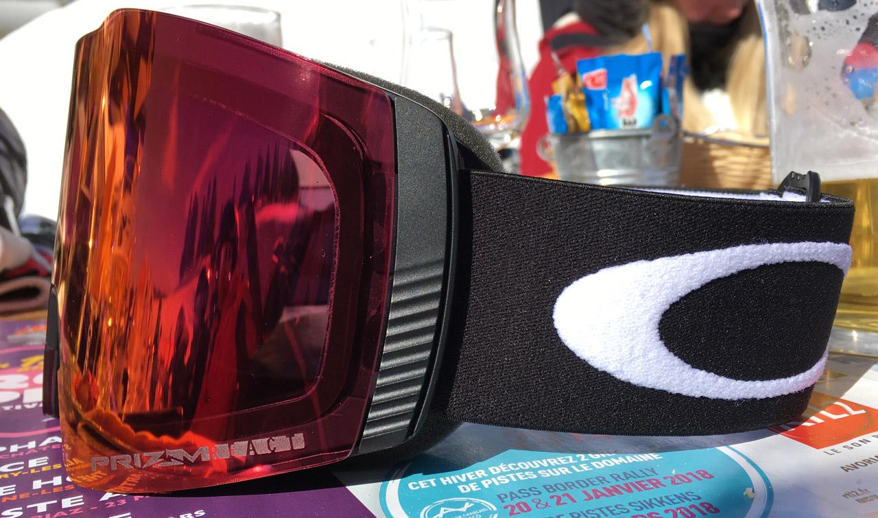 Auf beiden Seiten der Goggle befinden sich Druckknöpfe (geriffelter Part), mit denen ihr die Scheibe in drei Tönungen verstellen könnt |©Prime Snowboarding Magazine