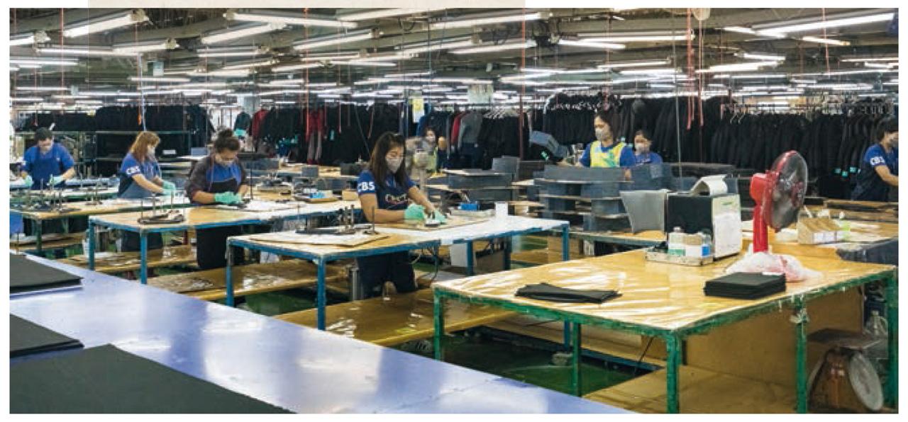 Bei der Produktion mit chemisch behandelten Stoffen tragen die Mitarbeiterinnen entsprechende Schutzbekleidung |©Patagonia