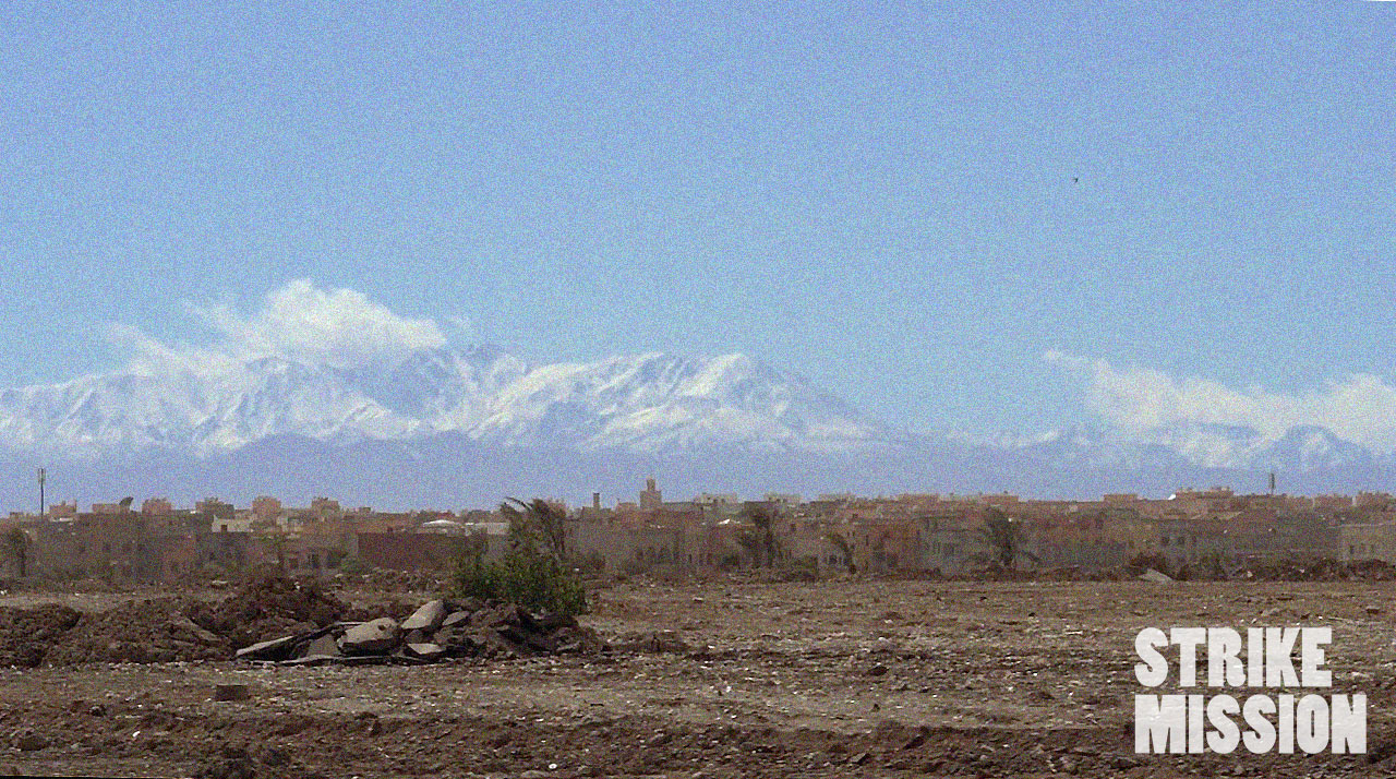 Den Anblick von Bergen sind wir ja gewöhnt, aber mit einer Wüste im Vordergrund? Kriegt man hier doch eher selten …