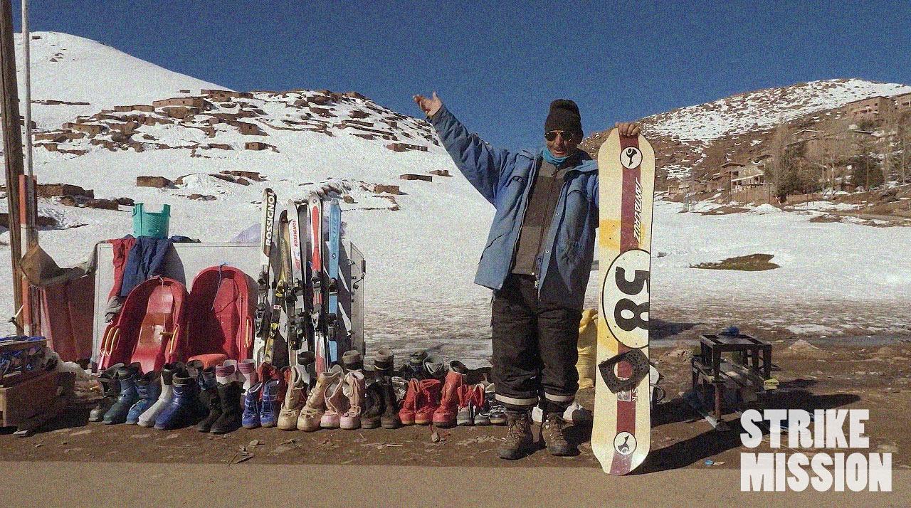 Am Straßenrand kann man Snowboards und andere Dinge aus dem letzten Jahrhundert mieten