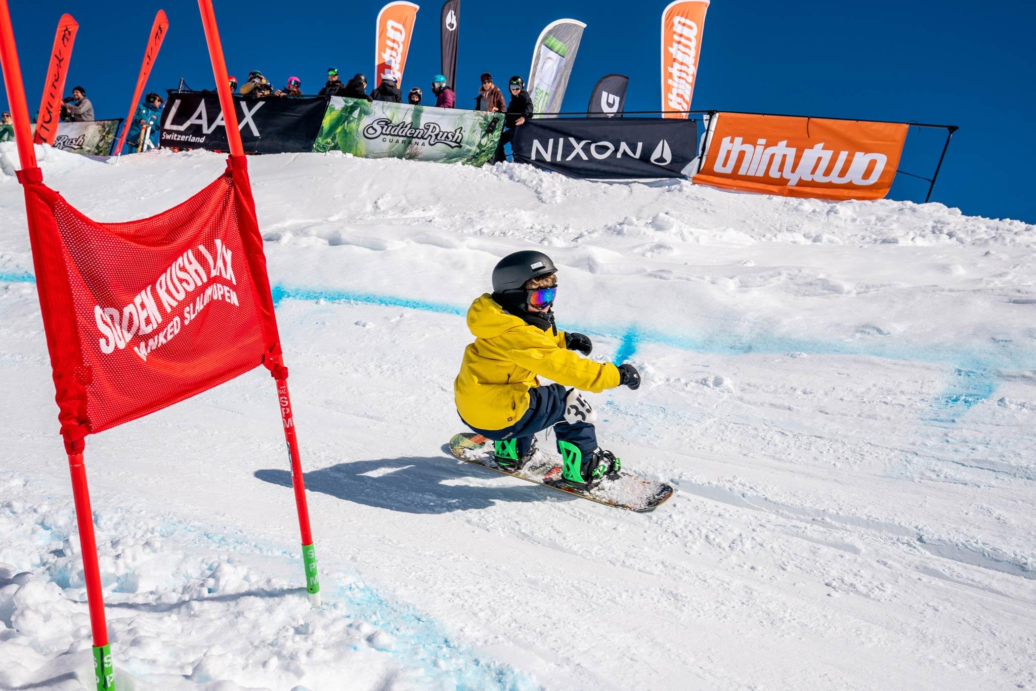 Beim SuddenRush Banked Slalom 2020 in LAAX treffen verschiedenste Generationen an Snowboardern aufeinander.