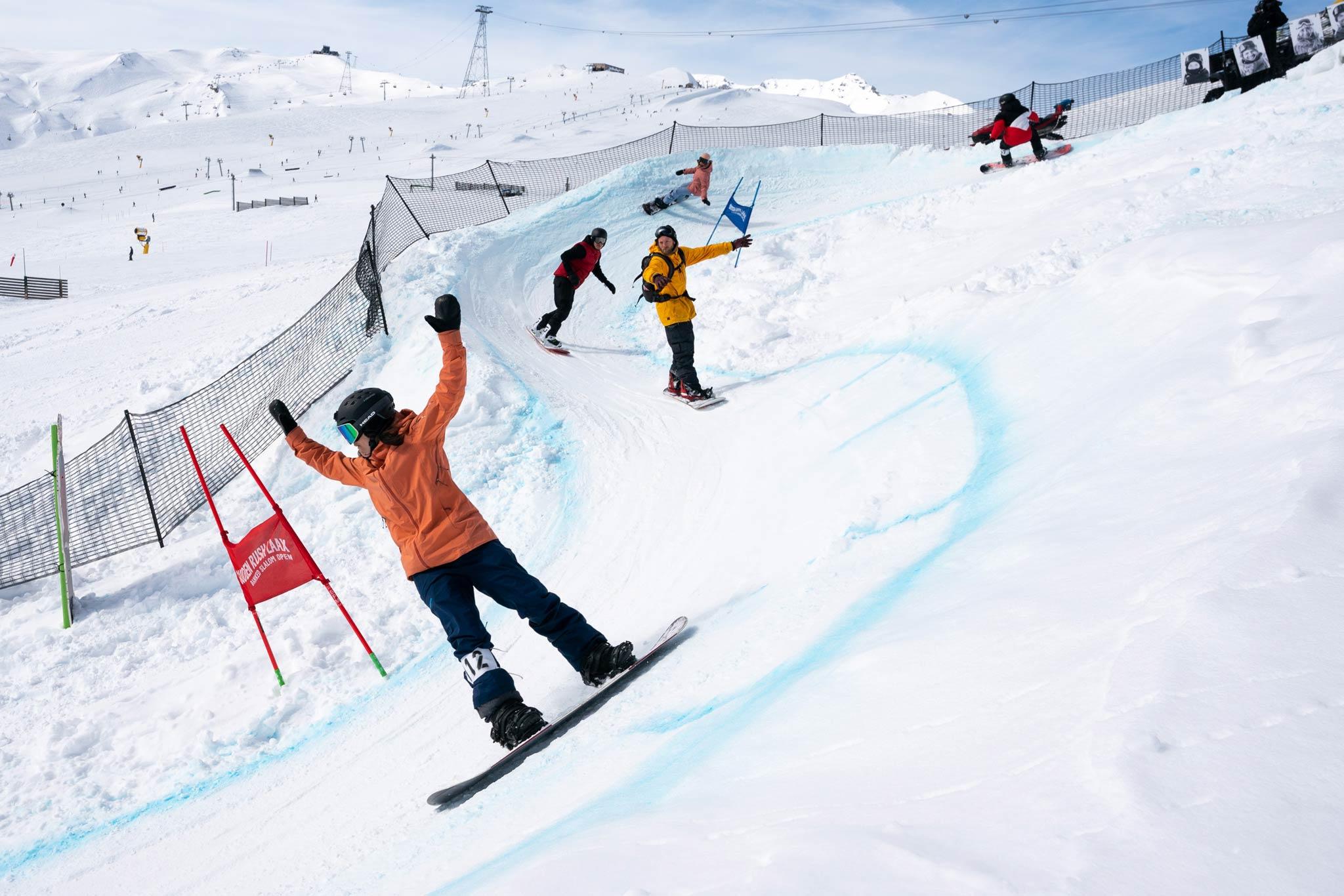 Olympiasieger, Legenden, ehemalige Weltmeister, Profi-Rider, Amateure und der Nachwuchs versammelte sich zum SuddenRush Banked Slalom 2020 in LAAX.