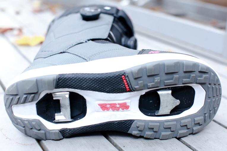 Die Kontaktpunkte für die Cleats, sitzen unten in der Sohle des Maysis ähnlich wie bei Fahrrad-Klickpedalen.